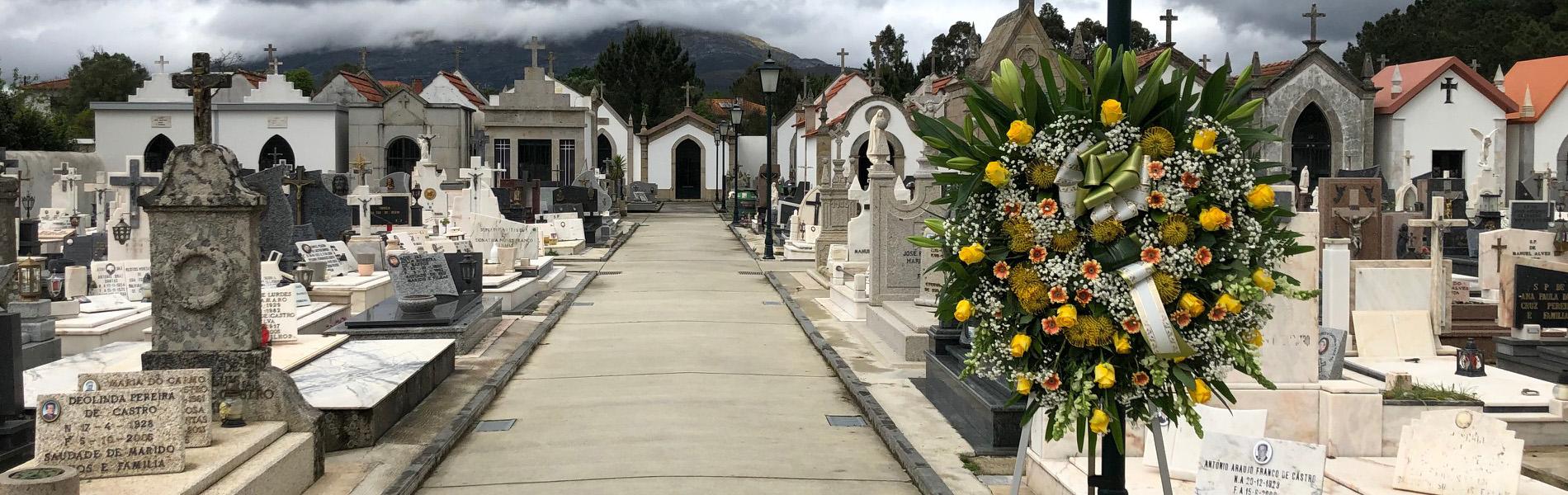 Deposição simbólica de coroa de flores no cemitério